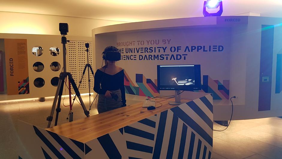 TED@Merck: Gauri mit VR Brille